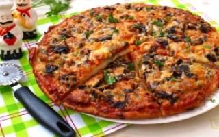 Пицца с грибамии и колбасой