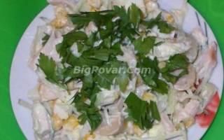 Салат с шампиньонами, курицей и кукурузой рецепт