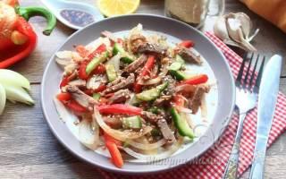 Салат с отварной говядиной и болгарским перцем и огурцом: рецепт