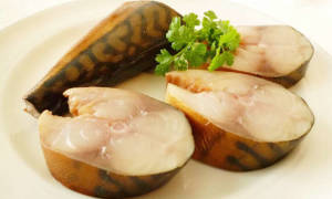 Скумбрия в луковой шелухе: самый вкусный рецепт с фото
