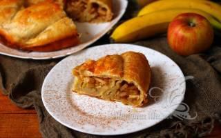 Пирог с бананами и яблоками из слоеного теста