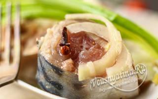 Маринованная скумбрия с луком и уксусом быстрого приготовления