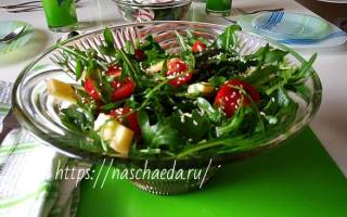 Салат с рукколой, помидорами черри, моцареллой и кедровыми орешками