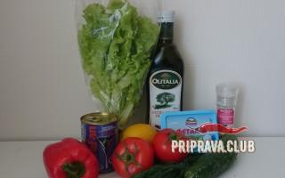 Салат с фетаксой, помидорами, огурцами и маслинами: рецепт