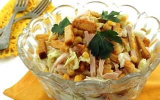 Быстрый салат с кукурузой и сухариками рецепт