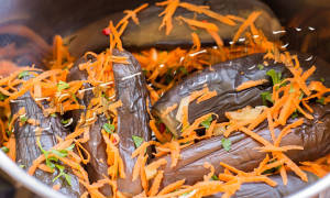 Квашеные баклажаны, фаршированные морковью и чесноком на зиму