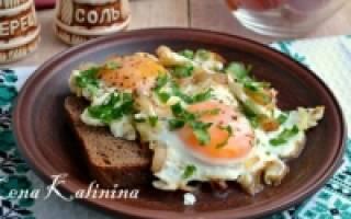 Как жарить яйца на сковороде рецепт