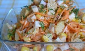 Морковный салат с сухариками и колбасой: рецепт